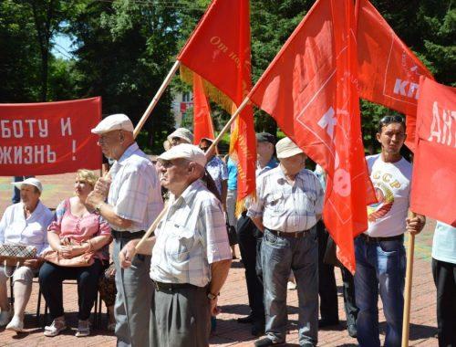 Участники коммунистического митинга в Биробиджане потребовали отставки правительства России во главе с Дмитрием Медведевым