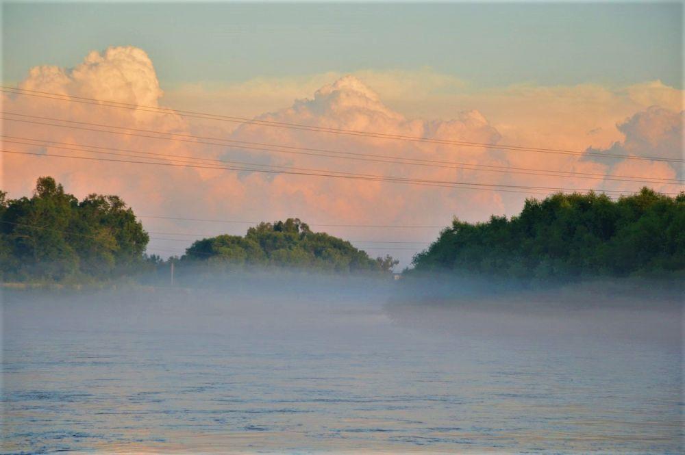 Поплыли туманы над Бирой: вечер четверга выдался в Биробиджане исключительно живописным
