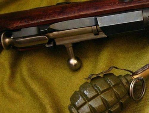 Два охотничьих ружья, патроны и гранату незаконно хранил дома житель Ленинского
