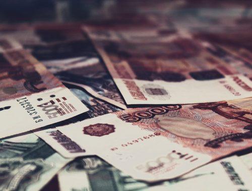 ВЦИОМ: россияне ожидают рост доллара, но предпочитают хранить сбережения в рублях