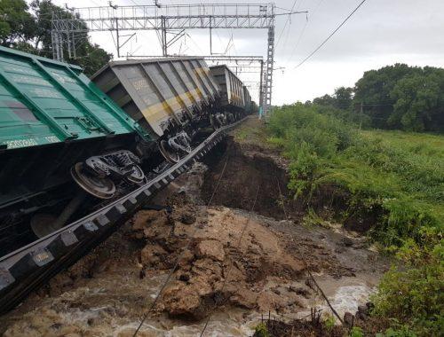 В сети появились фотографии с места размыва железной дороги под Уссурийском