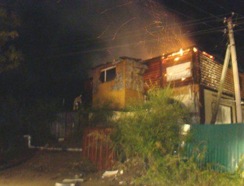 В Биробиджане ночью сгорела баня