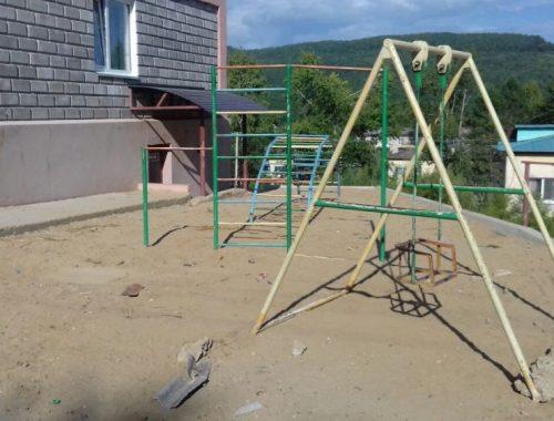 Детскую площадку в поселке Лондоко-завод построили под самыми окнами