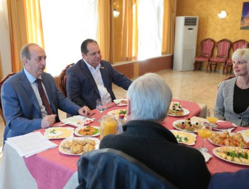 Губернатор Левинталь и сенатор Гольдштейн накормили журналистов завтраком