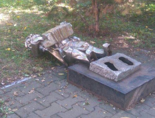Пострадавшую от вандалов статую клезмера увезли на реставрацию специалисты «Чистого города»