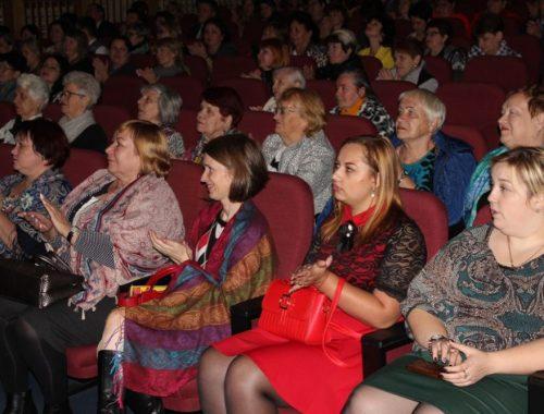 Городские власти Биробиджана поздравили учителей с профессиональным праздником