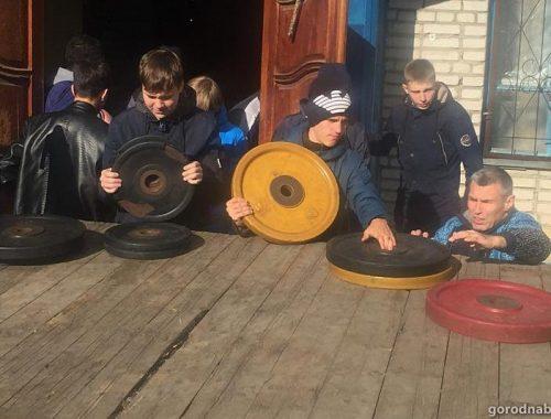 В Биробиджане из специализированного зала тяжелой атлетики вывозят оборудование
