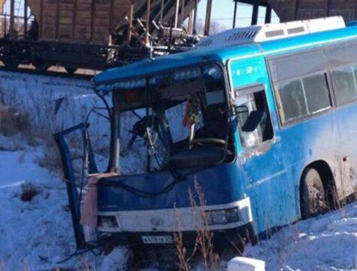 В ЕАО три человека пострадали при столкновении пассажирского автобуса с поездом на переезде