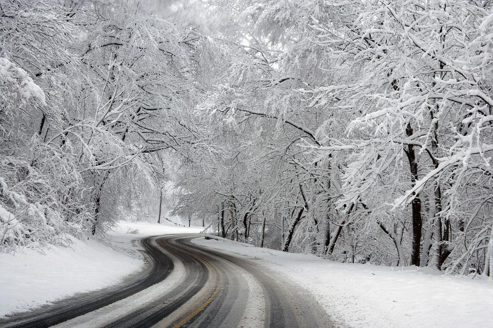 В ЕАО из-за снегопада закрыли движение междугородних автобусов