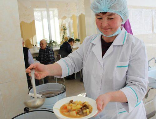 В ЕАО систематически экономят на питании школьников