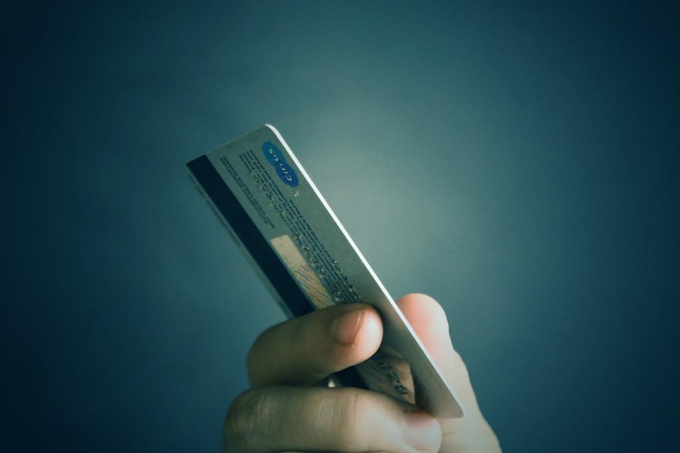 В Биробиджане у пенсионера собутыльница похитила банковскую карточку