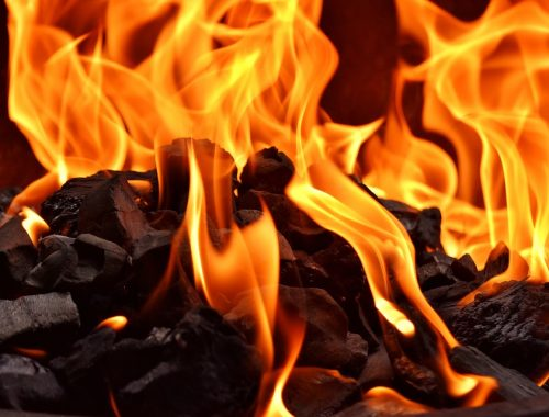 Из-за пожара в угольнике чуть не сгорел частный дом в Биробиджане