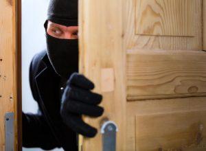 В Бирофельде мужчина обворовал квартиру односельчанки