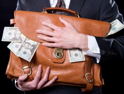 Россияне забрали с банковских счетов сотни миллионов долларов