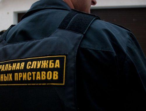 В Облученском районе судебный пристав украла у должника верхнюю одежду
