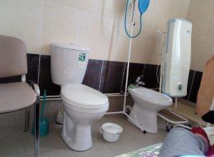 В больнице Коми женщину с грудным ребенком разместили в туалете