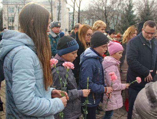 В Биробиджане почтили память погибших при пожаре в Кемерово