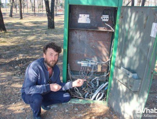 Гиви обнаружил оголенные провода возле мэрии Биробиджана