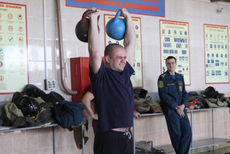 В Биробиджане прошли соревнования по гиревому спорту среди пожарных