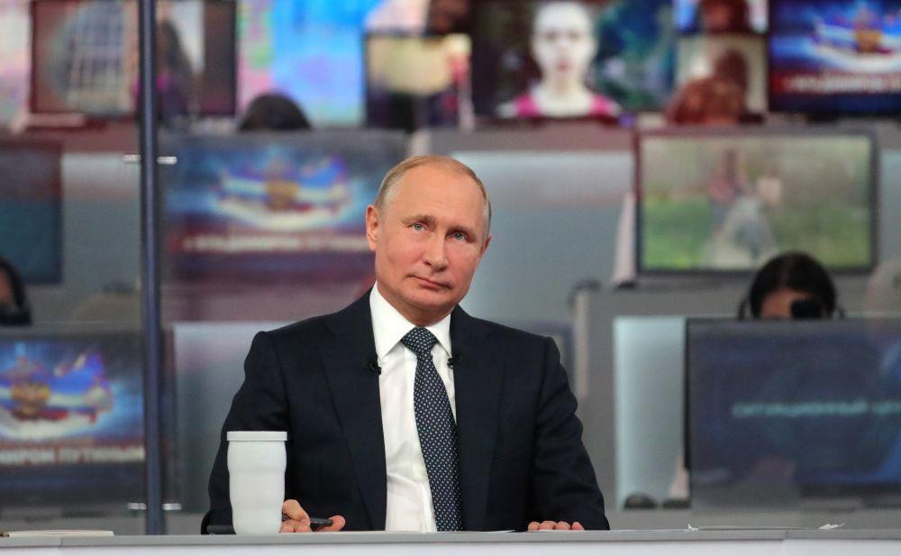Почти 40% россиян считают, что президент отстаивает интересы олигархов