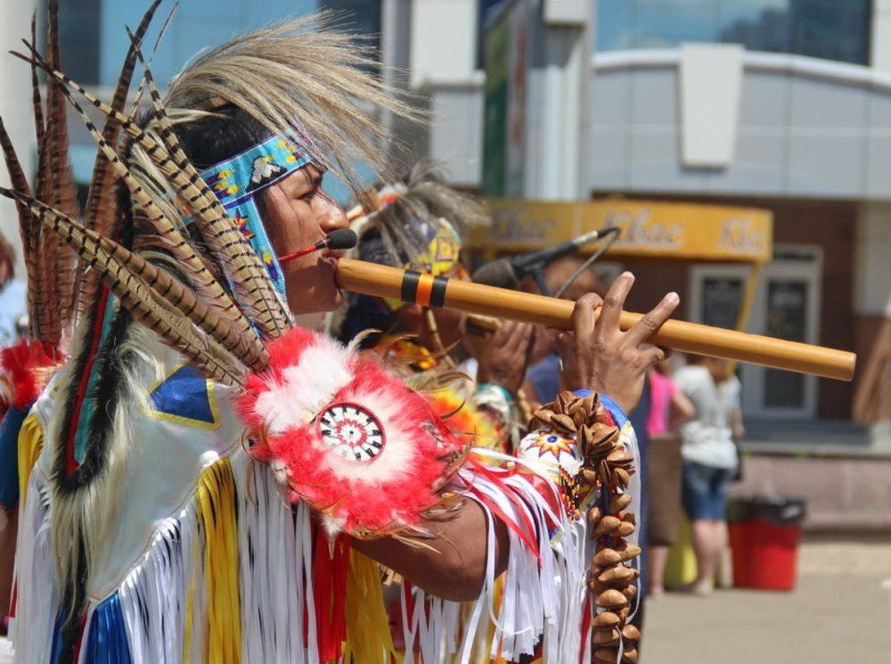 Эквадорские индейцы развлекали прохожих на биробиджанском Арбате