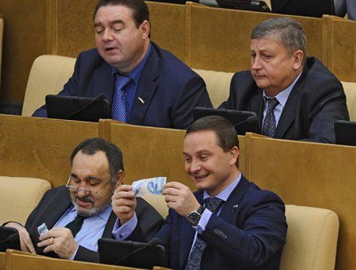 Совфед отклонил законопроект о снижении зарплат депутатов и сенаторов до 40 тысяч рублей