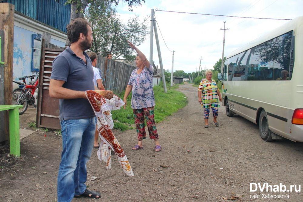 Мэр Биробиджана «сбежал» от жителей поселка Железнодорожный, вышедших встречать его хлебом-солью