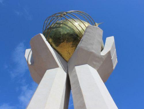 В Биробиджане приступили к ремонту памятника на площади Дружбы
