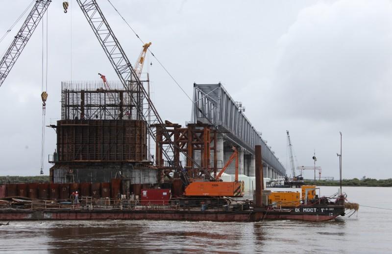 Президент потребовал построить международный пункт пропуска одновременно с Нижнеленинским мостом