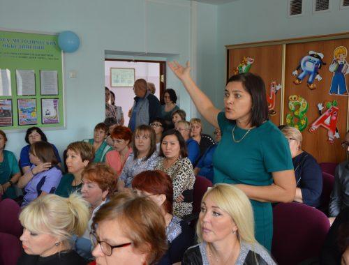 «Мы за своих стоим!»: коллектив гимназии №1 потребовал от мэра вернуть В. Мильгром на должность директора