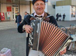 Биробиджанский инвалид вынужден подрабатывать уличными концертами