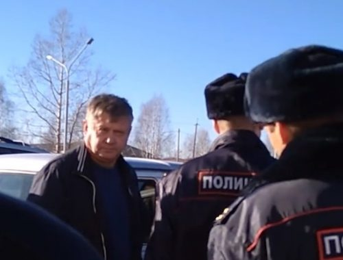 Депутат-единоросс набросился на блогера во время митинга в Новосибирской области