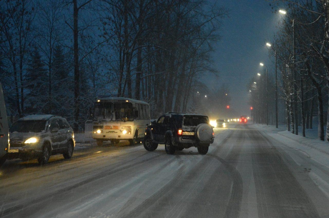 Дорожная обстановка в Биробиджане осложнилась из-за снегопада (ФОТО)