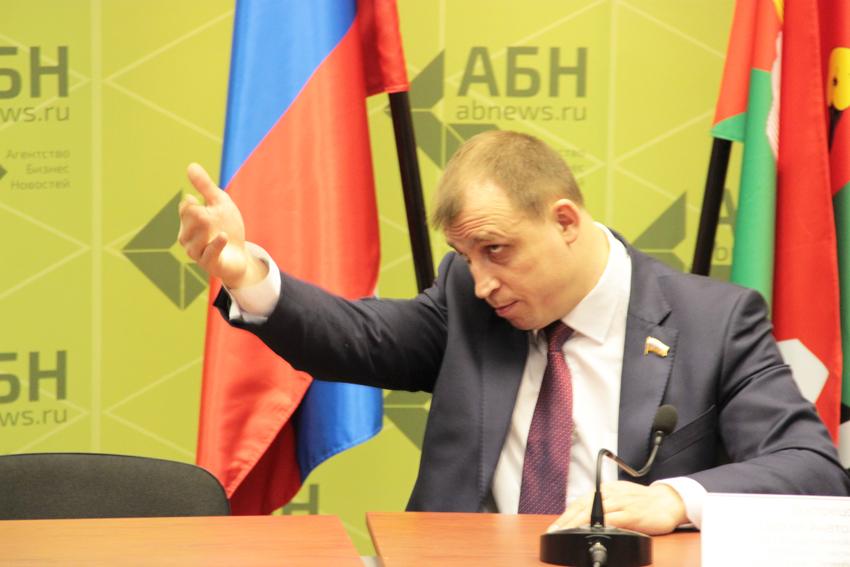 Депутат-единоросс предложил россиянам с высшим образованием работать уборщиками