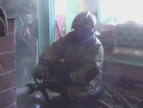 12 семей едва не остались без крова из-за пожара в деревянном доме на улице Косникова