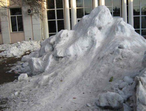Что бы ни делать — лишь бы не работать: мэрия Биробиджана подумает, можно ли превратить грязные кучи снега на Арбате в горки