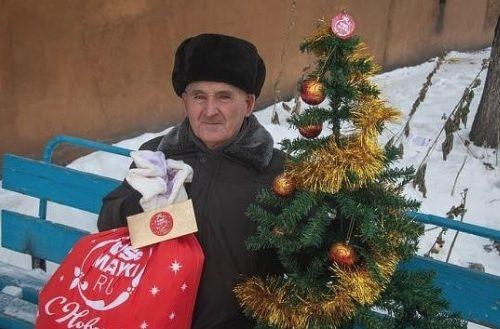 Знаменитому пенсионеру из Бийска сделали новогодний подарок