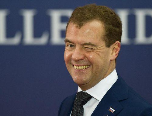 Денег нет, но вы держитесь: Медведев призвал россиян терпеть
