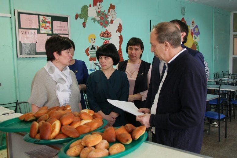 К приезду губернатора в Волочаевской школе напекли три подноса пирожков. Он остался доволен