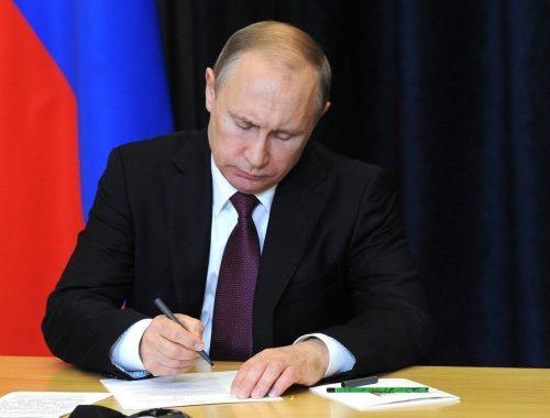 Президент подписал законы о борьбе с фейками и оскорблением государства