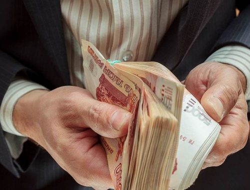 Зарплата федеральных чиновников в 3 раза превышает среднюю по России