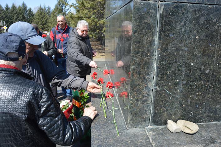 Цветы – Ильичу: коммунисты Биробиджана в 149-ю годовщину со дня рождения вождя возложили цветы к ленинским мемориалам