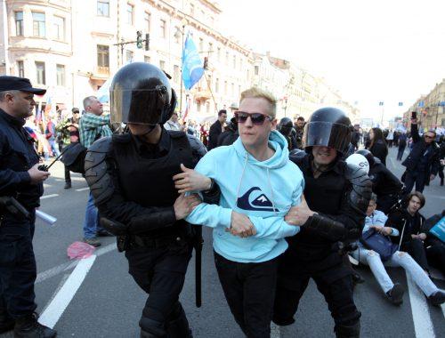 Не понравились плакаты? В Петербурге на первомайской демонстрации полицейские задержали свыше 60 человек
