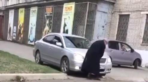 Биробиджанский автомобилист едва не переехал пенсионерку на тротуаре