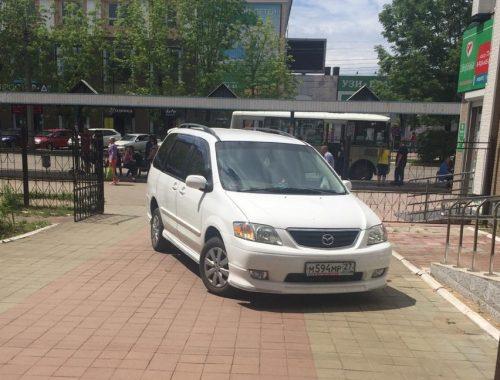 В Биробиджане «автохам» припарковал автомобиль во внутреннем дворике областной поликлиники