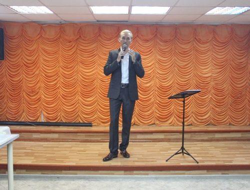 Биробиджанский певец Евгений Конопаткин порадовал ветеранов душевными песнями