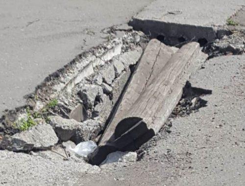 «Убитые» дороги в поселке Смидович угрожают автомобилистам и пешеходам