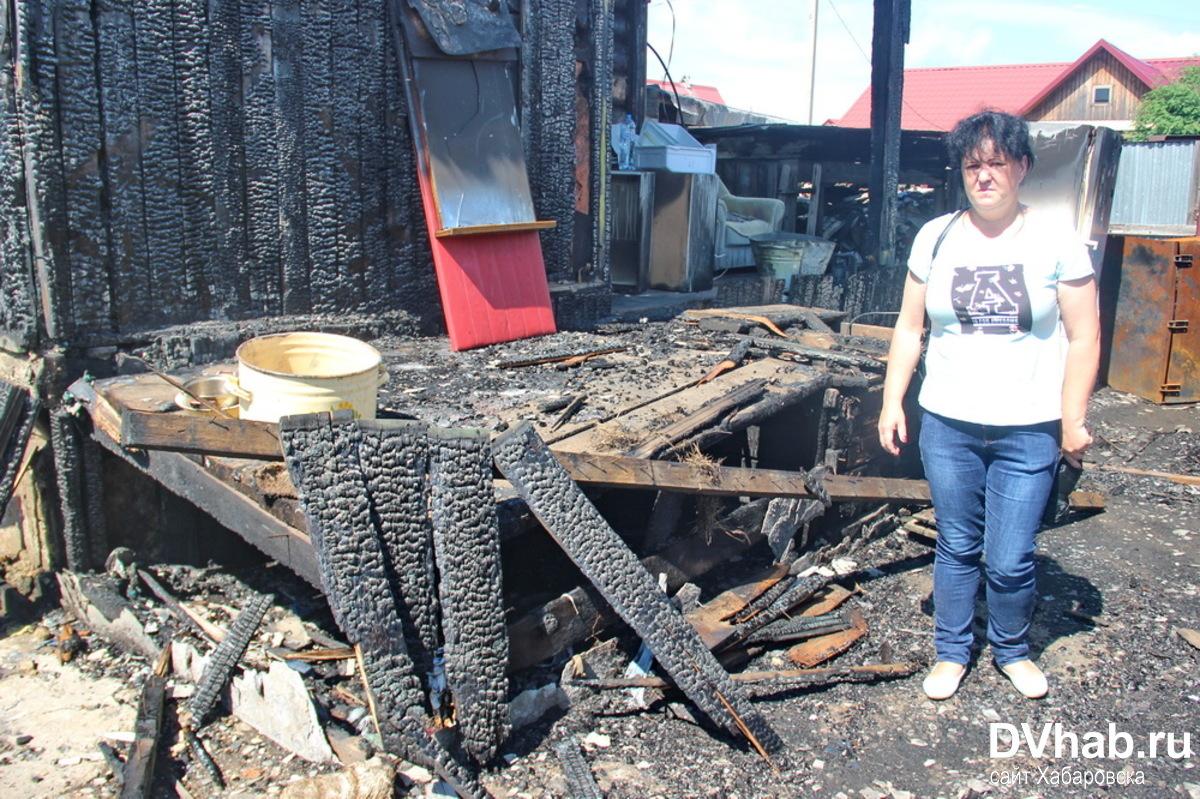В Биробиджане многодетная семья собирает средства на восстановление дома после пожара