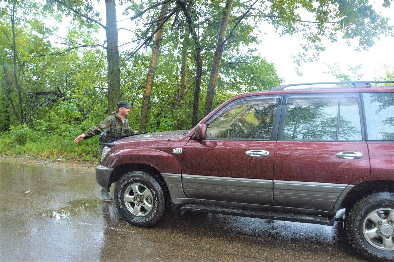 Общественный активист Гиви остановил автомобиль мэра Головатого и прервал его «пресс-тур» по тонущему пос. Тукалевский