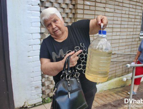 Из-за долгов чиновников в домах поселка Приамурский из кранов течет грязная вода